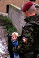 Swisscoy-soldaten im einsatz: von pionieren neu erbaute brücke in