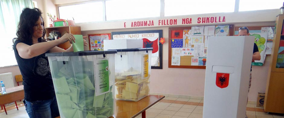 Lokalwahlen in Albanien: Eine Bürgerin gibt in einer Schule in Tirana ihre Stimme ab – Bild: OSCE/Thomas Rymer
