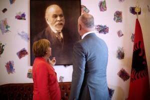 Angela Merkel und Edi Rama betrachten ein Portrait von Ismali Qemali