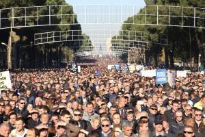 Kundgebung der Opposition in Tirana am 8. Dezember 2015