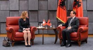 Nationalratspräsidentin Christa Markwalder zu Besuch beim albanischen Präsidenten Bujar Nishani.