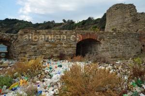 Vom Meer angetriebene Plastikflaschen bei der Skanderbeg-Burg am Kap Rodon nördlich von Durrës