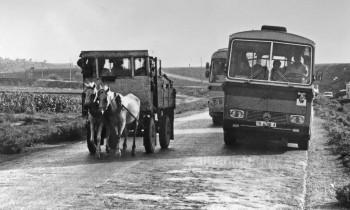 1990er Jahre in Albanien: Postauto überholt Pferdewagen –wohin geht die Reise