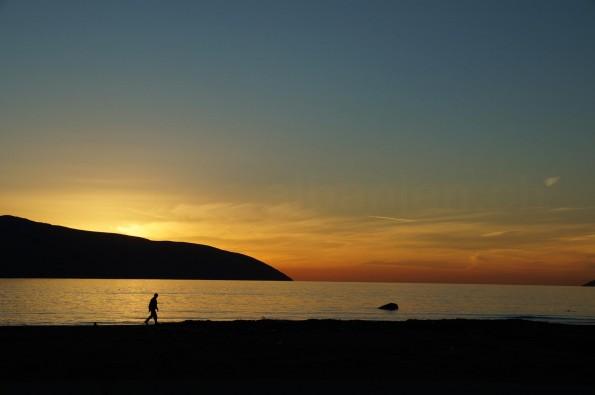 Die Sonne geht im Westen unter – am Strand von Vlora