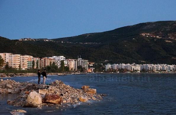 Trüber Ausblick am Adriaufer in Vlora