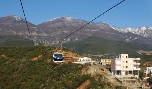 Unten Frühling, oben Winter – Tiranas Hausberg Dajti mit Gondelbahn