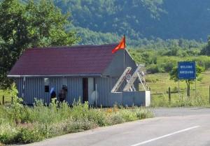 Kleiner Grenzübergang in den Bergen: Vermosh