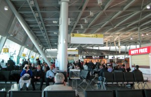 Flughafen Tirana: Warten aufs Boarding
