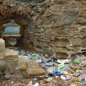 Vom Meer angeschwemmter Müll am Kap Rodon