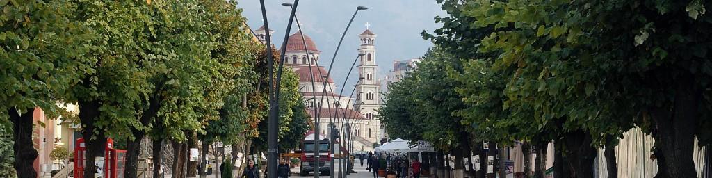 Fussgängerzone Korças mit Kathedrale