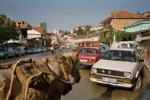 Hauptstrasse in Peshkopia zur Marktzeit