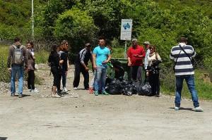 Junge Leute haben bei einer Sehenswürdigkeit in Südalbanien Müll gesammelt