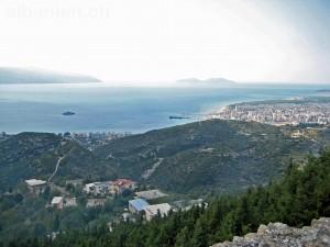 Bucht von Vlora mit Stadt und Insel Sazan