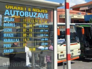 Fahrplan an einem Busbahnhof