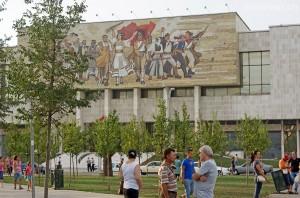 Nationalmuseum – das Mosaik an der Fassade zeigt verschiedene Epochen der Geschichte des Landes