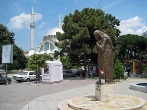 Statue von Mutter Teresa im Zentrum