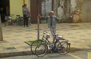 Radfahrer und Passanten in Shkodra
