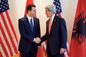 Kerry trifft mit Lulzim Basha zusammen