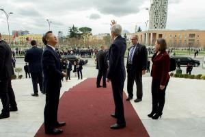 John Kerry winkt der Menge auf dem Skanderbegplatz zu