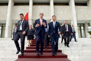 Kerry und Botschafter Lu vor dem Nationalmuseum