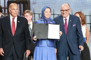 Maryam Rajavi, Anführerin des iranischen Widerstands, mit US-Politikern Giuliani und Rendell (2015)
