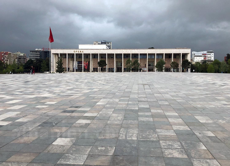 Dunkle Wolken über dem leeren Skanderbegplatz