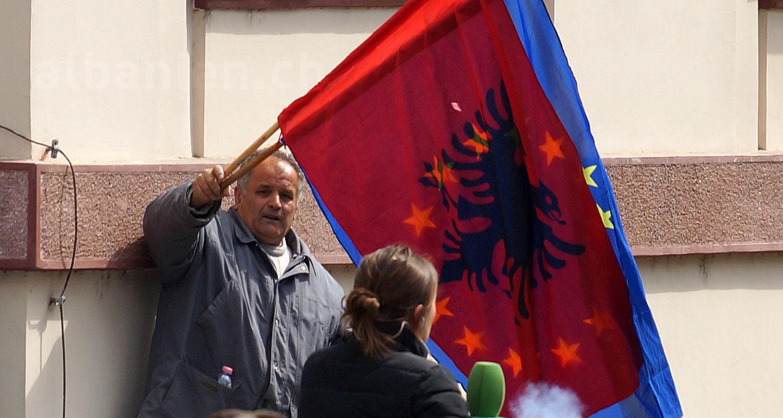 Fahnen von Albanien und der EU