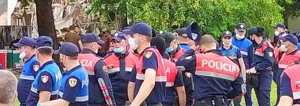 Polizei im Zentrum Tiranas während des Abbruchs des Nationaltheaters