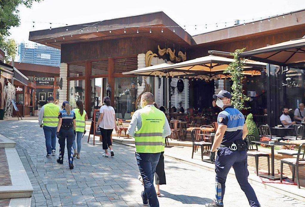 Polizei in Albanien bei der Kontorlle von Corona-Massnahmen