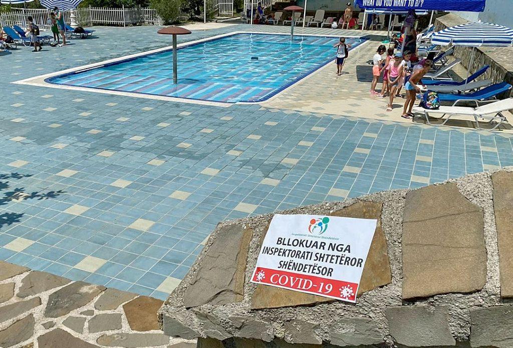 Corona-Massnahmen in Albanien: gesperrter Pool