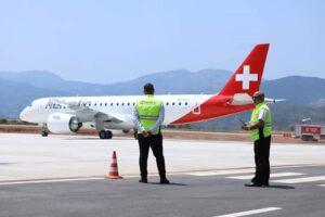 Flugzeug von Helvetic Airways: Erstflug auf dem Flughafen Kukës