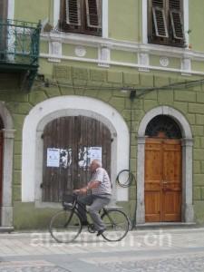 Fahrradfahrer in Shkodras »Piaca«
