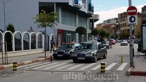 Einbahnstrasse in Pogradec – Nagelstreifen