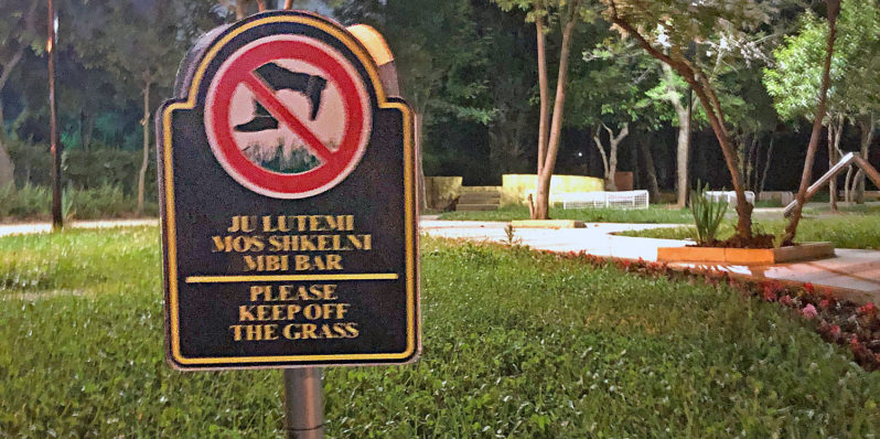 Tirana Pyramide: Schild «Keep off the gras»