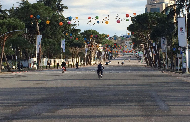 Boulevard in Tirana: menschenleer wegen Corona-Virus
