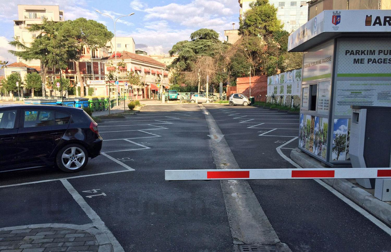 Parkplatz in Tirana: kein Verkehr wegen Corona-Virus