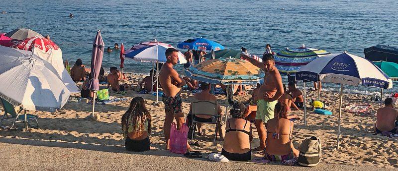 Trubel am Strand von Himara, Albanien, im Sommer 2020