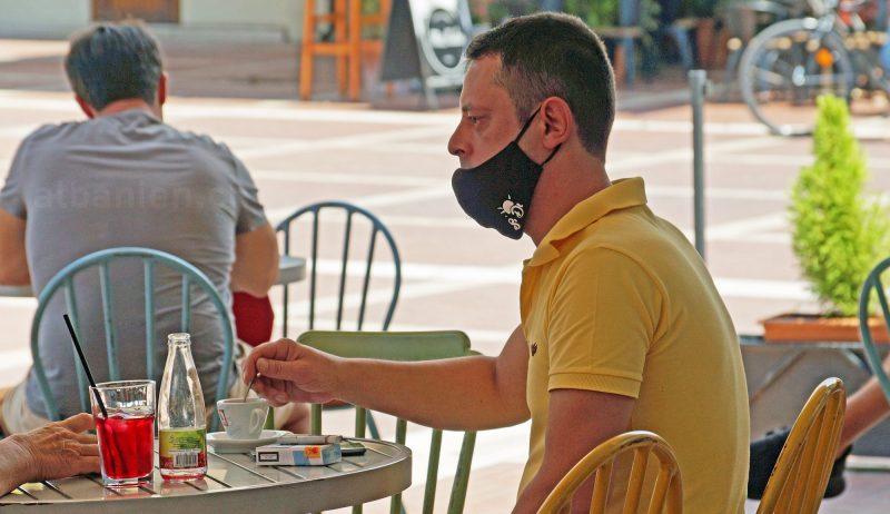 Mann mit Schutzmaske in einem Café in Tirana