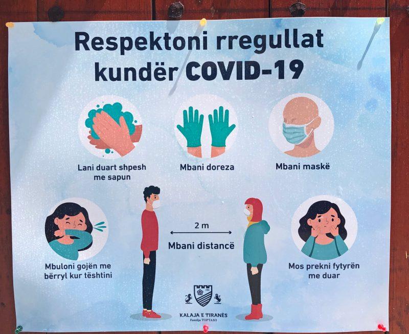 Hinweis auf Corona-Massnahmen in Tirana, Albanien: Händewaschen, Handschuhe, Masken, Distanz halten