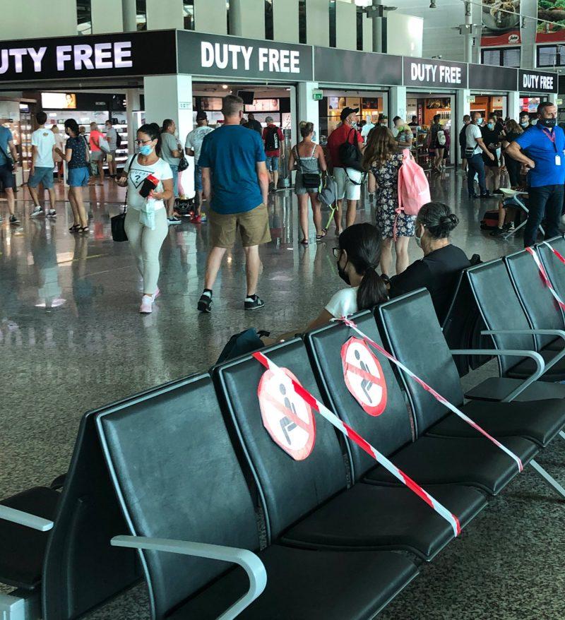 Flughafen Tirana während Corona-Pandemie: alle tragen Masken